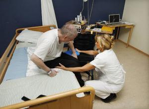 Denny får hjälp upp på rullstolen av undersköterskan Diana Persson.– Här är personalen underbar, säger Denny.