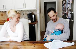 Helena och Daniel har blivit föräldrar igen. Livet har vänt men de fortsätter sitt arbete med att samla in pengar till SMA-forskningen genom att sy Frejamössor.