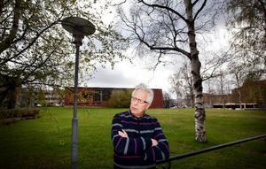 """""""Det är en tragisk händelse och jag känner djupt med de inblandade"""", säger Göte Murén, s, ordförande i miljö- och samhällsnämnden som bland annat ansvarar för den kommunala gatubelysningen. På tisdagen fattades beslutet om att omedelbart tända belysningen nattetid igen."""