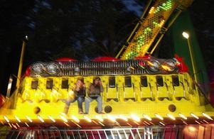 Flygande mattan. Några få besökare valde karusellerna istället för förbandet. Foto:Mikaela Larm