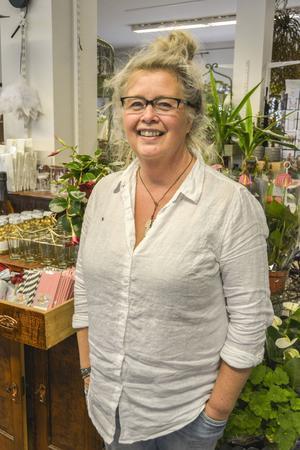 Annika Nygren i sin blomsterbutik i Ånge.