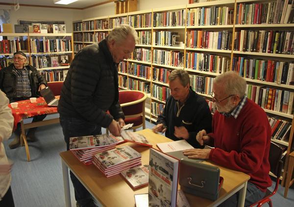 Karl Hedin och Björn Törnvall hade fullt upp med att signera sin bok vilken med stor sannolikhet blir årets julklapp i Lillhärdal.