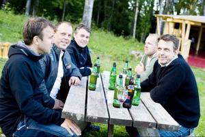 """""""Förra onsdagen var det bra röj här"""", säger Tomas Heijl.Med sig har han kompisarna Patrik Modin, Robert Bengtsson, Lasse Strand och Christer Heijl."""