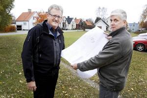 Här vill Strömsund Hyresbostäders ordförande Bengt Bergqvist och vd:n Rolf Nilsson bygga nya lägenheter i Strömsund. På samma plats som ett hyreshus stod tidigare.