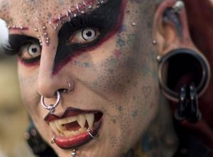 Blodsugare. Mexikanskan Maria Jose Cristerna är en av de vanliga dödliga som försöker göra om sig själv till vampyr.
