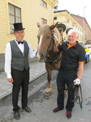 Berggrenska gårdens ordförande Bengt-Göran Wikström hade klätt upp sig. Här med hästen Berta och Lasse Svensson.