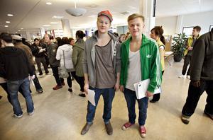 Robert Ericsson Karlström och Jonatan Högberg är 19 år och går sista året på teknikprogrammet vid Polhemsgymnasiet. De var här för att lämna över tio CV var till potentiella arbetsgivare.– Vi tar vad som helst, vi måste ha pengar i sommar, säger de.