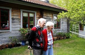 Henning och Britt Åström är hängivna odlare. Mot husväggen står krukor med växter som långsamt får vänja sig vid att vara ute.
