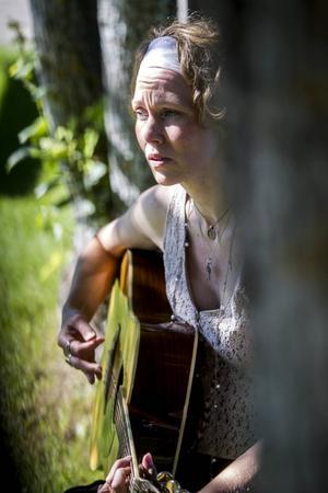 Från och med oktober kommer Julia Woxberg att hålla kurser i frigörande sång på Stenegård.