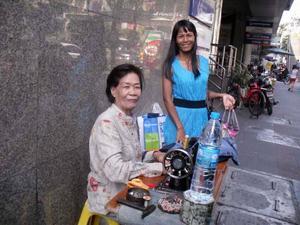 Mängder av små enmansföretag kantar trottoarerna i Bangkok. Här kan man få det mesta fixat till en rimlig penning medan man väntar. Skomakare, klockreparationer, frukt- och grönsaksförsäljning, diverse drycker och som här en sömmerska.