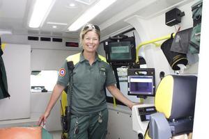 Ambulanssjukvårdaren Viktoria Johansson med läsplattan som gör att ambulansen kan kommunicera med sjukhuset i realtid.
