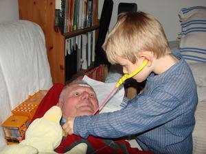 Morfar skulle vila och då undrade Axel (4,5 år) om Morfar var sjuk. Såklart han var det. Då kom stetoskopet och plåstren fram. En noggrann och trygg doktor tar hand om Morfar på bästa sätt.