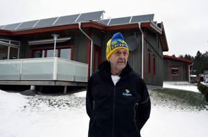 Drygt 35 kvadratmeter solceller har installerats på Åke Mårds villa i Juniskär.
