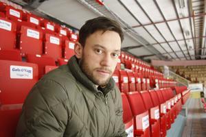 Morabacken Patrik Eklund har seplat klart för säsongen och tvingas följa laget från läktaren.