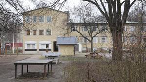 Gäddgårdssskolan i Arboga. Insändaren pekar på stora behov av upprustningar på flera håll bland kommunens skolor, något som hamnat i skymundan i en hätsk debatt. (Foto: Rose-Marie Fasth)