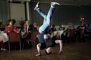 En dansuppvisning efter förrätten överraskade dansambassadören Simon Skjefstad middagsgästerna med. Tillsammans med kollegan Linnea Dolk representerade han Per Jonsson Dance center, Estrad Ljusdal.
