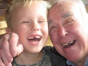 Här är en härlig bild på mina tandlösa älsklingar. Det är farfar Ulf Ahlberg och min 6-åring Pontus Ahlberg som tappade sina tänder samma dag. Som ni ser så är de glada ändå .