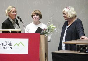 Region Jämtland Härjedalens folkhälsopris har tilldelats Kjell Söder. Priset utdelades postumt då han avled 1 september. Hans fru, Eva Söder (i mitten på bilden), tog emot priset som delades ut av Susanné Wallner (M), ordförande i Folkhälsonätverk Z, och Margareta Winberg (S), regionfullmäktiges ordförande.