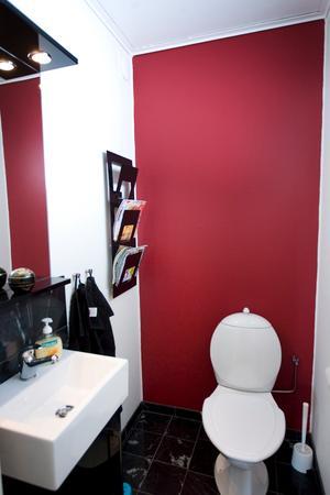 Rött och svart. Huset har två badrum och tre toaletter. Perfekt för en småbarnsfamilj.