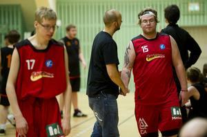 Coach Johan Karlsson berömmer Jesper Dahlström som precis spelat sin första basketmatch – någonsin.