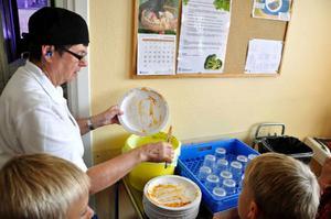 Ibland måste någon vuxen eller längre elev hjälpa till att rensa tallriken. Gudrun Granqvist finns alltid till hands om det skulle behövas. Det har hon gjort i 25 år.