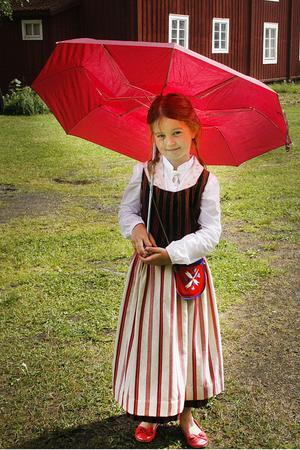 Amira Owcina var förberedd på midsommarväder och hade med sig sitt paraply till Forsa.