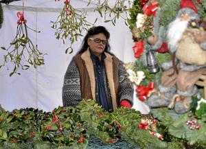 Kransar och tomtar. Marita Fält från Örebro sålde egenproducerade kransar, kärvar och andra juldekorationer.