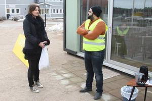 Nina Sundström från Byvallen diskuterar bostadspolitik med Ali Qadiri från Hyresgästföreningen i Norrland framför den mobila lägenhet som föreningen satt upp på torget i Sveg.