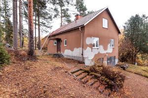 På Järlinden i Falun ligger ett hus med renoveringsbehov.