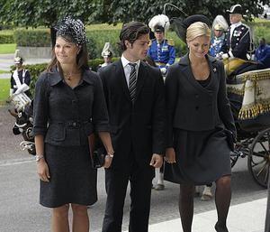 Tre syskon.Kronprinsessan Victoria, prins Carl Philip och prinsessan Madeleine anländer till riksdagen i Stockholm för Riksmötets öppnande på