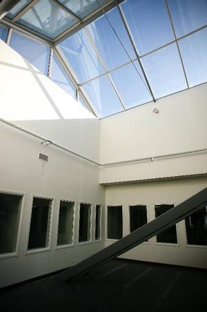 För att få in ljus i lokalerna har ett stort och två mindre ljusinsläpp – så kallade lanterniner – byggts på taket till det nya polishuset.
