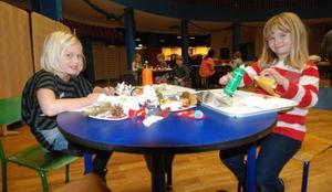 Alice Virtanen och Linn Lindström pysslar och grejar. De längtar till, Alice till julklapparna och Linn tycker om att klä julgranen.