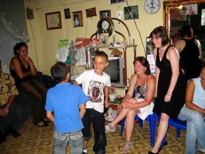 Barnen i värdfamiljerna dansar på avslutningsfesten i La Dalia.