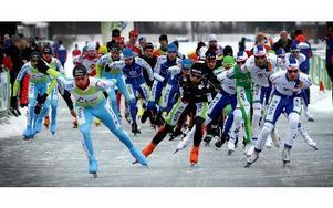 Startfältet med 60 deltagande holländska herrar elitåkare drar iväg på 150 kilometer Runnis. Foto: Staffan Björklund