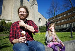 """Glasspaus. Christoffer Wadensten och dottern Tekla-Li tog en paus vid Nikolaikyrkan. """"Roligast med sommaren är att bada"""", säger Tekla-Li."""