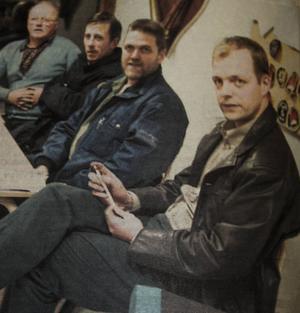 Det är den 28 november år 2000. Donald Johansson, Leif Bergman och Åke Wiman rensar luften med räddningschefen John-Erik Jansson.
