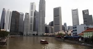 Singaporefloden med finansdistriktets skyskrapor.