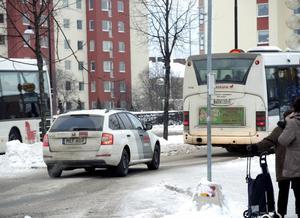 Väktare följer bussen. Under förra veckan gjordes tre polisingripanden i anslutning till linje tre.