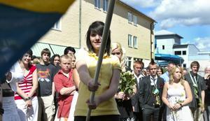 Fanbärare. Antonia Adolfsson var fanbärare när niorna på Kyrkskolan tog sin examen. De började sin examen med Du gamla du fria och avslutade med betygsutdelning och den blomstertid nu kommer.