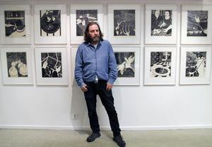 Moras Pelle Engman ställer ut i Gävle för första gången i sin långa konstnärskarriär. En hel serietidning av grafiska blad fyller väggarna.