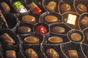 Choklad innehållet teobromin och koffein som är giftigt för hundar. Hur mycket choklad en hund klarar är individuellt och storleksberoende.