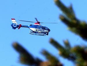 Letade från luften. En polishelikopter från Stockholm sökte både på tisdagen och onsdagen efter den saknade 19-åringen i området.