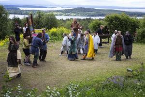 """En del av ensemblen i """"Arnljot"""", ett drama som i år gör sitt 75:e spelår."""