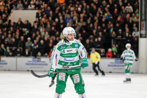 Patrik Sjöström, VSK Bandy, gjorde ett av målen i 6–4-segern som håller VSK kvar i kvartsfinalserien mot Sandviken.