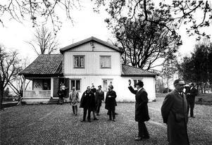 Lundby gård. Lantegendomsnämnden på besök hos arrendatorn på 1970-talet. I täten kommunjurist Åke Boman. Gården låg där Hälla köpcentrum ligger i dag.