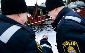 Kriminalteknikerna Tommy Mälberg och Per Handspik hittade redan efter några minuter på plats spår efter fyrverkeripjäser.