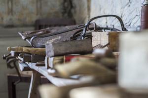 Karl-Erik Envall tycker det är viktigt att bevara gamla verktyg och redskap från förr i tiden.