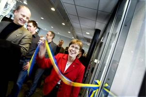 GLAD INVIGARE. Högskolans rektor Maj-Britt Johansson klippte bandet som officiellt invigde det nya Radiocentrum i Ericssonhuset i Teknik- parken. Kommunalråd Per Johansson, s, var en av dem som var med vid invigningen.