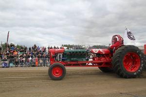 Fordonen som tävlar har allt från 25 till 1000 hästkrafter. I den modifierade klassen kan traktorernas motorer komma från stridsfordon och flygplan.