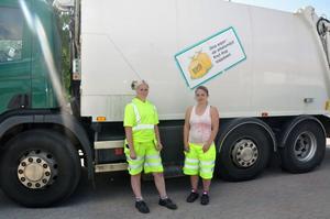 Mandsdominerat yrke. Magdalena Mohlén och Emma Lund kör återvinningen i Tierps kommun under två veckor.